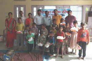 झुग्गी झोपडिय़ों के बच्चों के साथ मनाई दीपावली