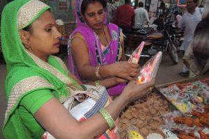 दीपावली पर्व की खरीददारी के चलते बाजार रहे गुलजार