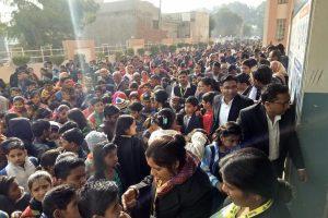 आरपीएस स्कूल में स्कालरशिप परीक्षा देने के लिए उमड़ी विद्यार्थियों की भीड़