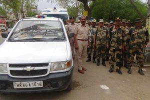 भय मुक्त चुनाव में लिए पुलिस व अर्ध सैनिकों ने निकाला फ्लैग मार्च