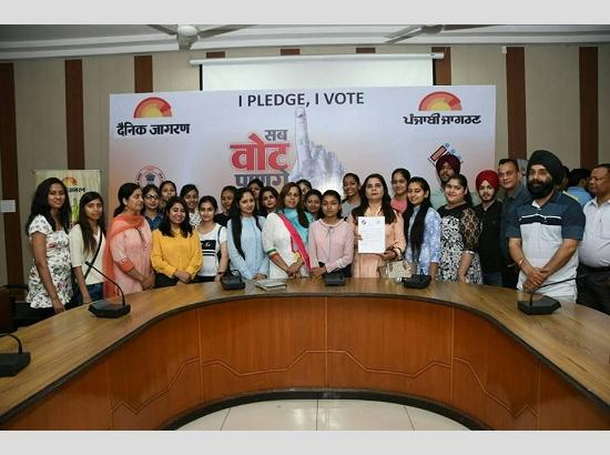 Lok Sabha Elections 2019: DC administers oath to students & members of NGO's to vote in free & fair manner
