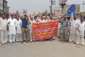 सरकार द्वारा अधिकृत की गई जमीन का मुआवजा एनसीआर के आधार पर देने की मांग को लेकर किसानों ने किया प्रदर्शन