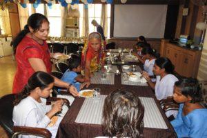 खरखड़ी मोहल्ला के अंध विद्यालय की छात्राओं ने सन प्लाजा होटल में मनाया पिकनिक