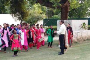 अनाथ बच्चों के साथ पब्लिक डीसी चंद्र गैंद ने बिताया वीकैंड, 100 अनाथ बच्चे डीसी के घर पर बने चीफ गेस्ट,लेने पहुंची स्पेशल बसें (Watch Video)