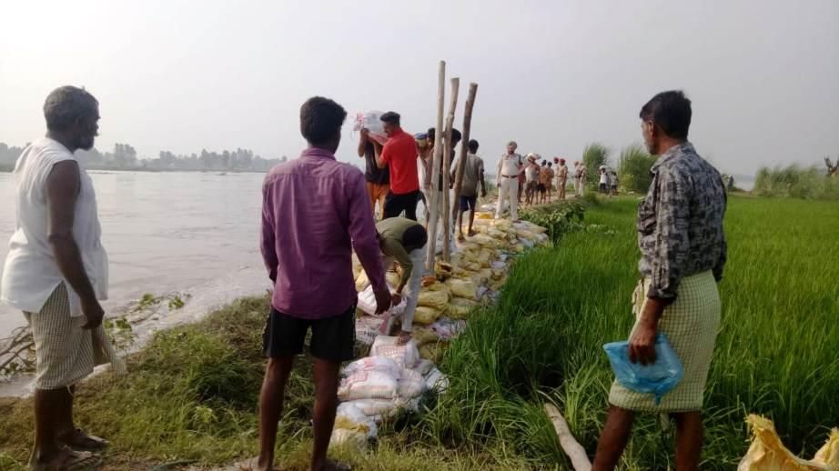 Rescue operation on war-footing to plug damaged embankment at Tendiwala in Ferozepur