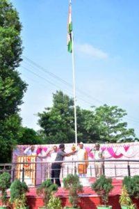 मंडल रेल प्रबंधक  राजेश अग्रवाल द्वारा 73वें स्वतंत्रता दिवस  पर मंडल रेल प्रबंधक कार्यालय में राष्ट्रीय ध्वज फहराया
