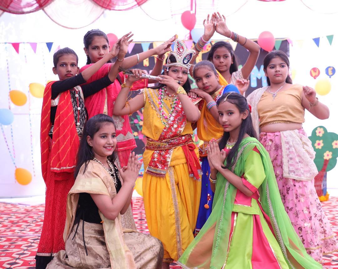 बच्चों ने राधा-कृष्ण, सुदामा की मित्रता व ग्वाला एवं गोपियों की झांकियां प्रस्तुत की