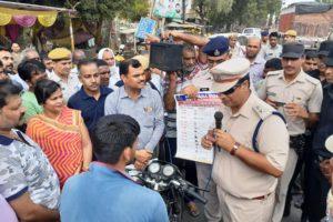 पुलिस अधीक्षक ने वाहन चालकों को यातायात नियमों से अवगत करवाया