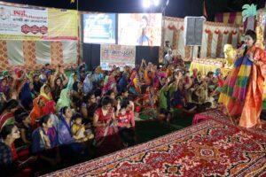 मेरो कान्हा भूरा रसगुल्ला मैं तो छेना की मिठाई गाते हुए दुर्गा पूजा में थिरके भक्तगण