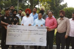 CHEQUE OF RS. ONE CRORE HANDED OVER BY PINKI TO SARAGARHI MEMORIAL MANAGEMENT TRUST