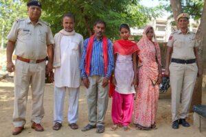 मध्यप्रदेश की नाबालिग बच्ची को पुलिस ने परिजनों को सौंपा