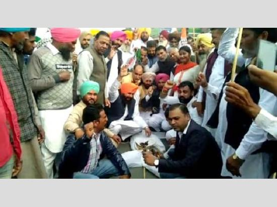 ongress leaders and workers hold protest against PM Modi govt's policies