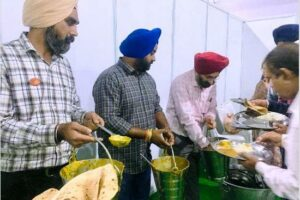 Media persons stuck in rain at Sultanpur Lodhi, set new precedence of selfless service by serving food