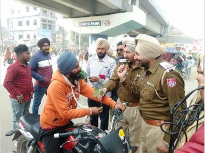 Road Safety Week: On second day, Cops present Rose Sticks to traffic violators