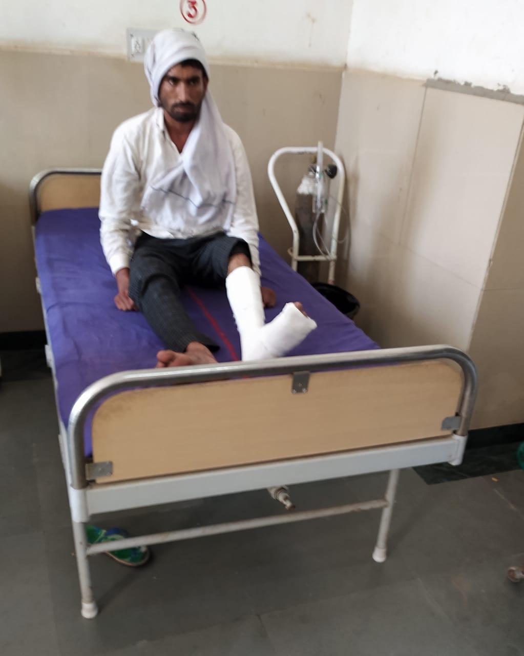 पूछताछ के नाम पर पुलिस पर थर्ड डिग्री इस्तेमाल करने का आरोप, मारपीट में युवक का पैर टूटा