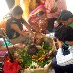 शिव भक्तों ने मुंह पर मास्क लगाकर सोमवार को शिव लिंग की पूजा की